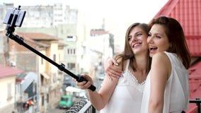 2 лучшего друга усмехаясь и смеясь над пока принимающ selfie видеоматериал
