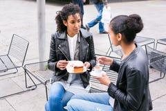Лучшие други выпивая кофе в городе Стоковое Изображение RF