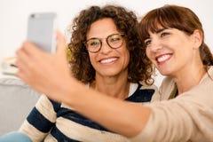 Лучшие други делая selfie Стоковое Фото
