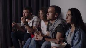 Лучшие други есть попкорн, выпивая фильм ужасов дозора пива совместно и очень увлечены и вспугнутый, сидите все еще сток-видео
