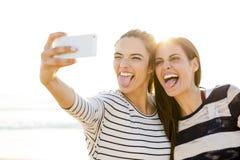 Лучшие други принимая selfie Стоковая Фотография RF