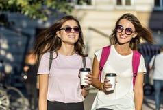 Лучшие други с кофейными чашками Стоковое Фото