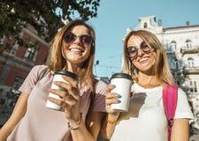Лучшие други с кофейными чашками Стоковая Фотография RF