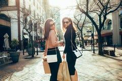 Лучшие други ходя по магазинам в городе Стоковые Изображения