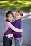 лучшие друг обнимая смеяться над стоковая фотография