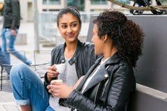 Лучшие други выпивая кофе в городе Стоковые Изображения RF