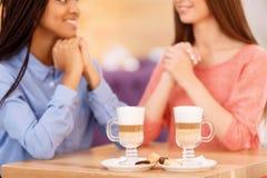 Лучшие други говоря в кафе Стоковое фото RF