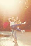 Лучшие други Девушка держит подругу Стоковое Фото