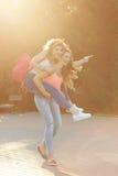 Лучшие други Девушки носят автожелезнодорожные перевозки Стоковые Изображения RF