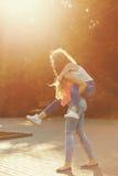 Лучшие други Девушки носят автожелезнодорожные перевозки Стоковая Фотография RF