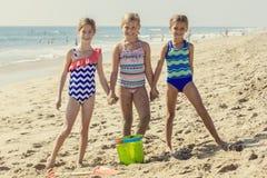 Лучшие други играя совместно на пляже Стоковая Фотография RF