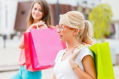 Лучшие други наслаждаясь заслуженным ходя по магазинам днем Стоковая Фотография RF