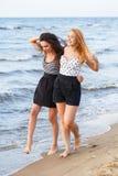 Лучшие други на пляже Стоковое Фото