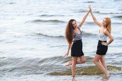 Лучшие други на пляже Стоковое Изображение RF