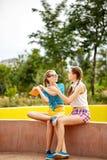Лучшие други спорят над книгой в парке Стоковая Фотография RF