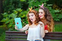 Лучшие други Фото в парке Selfies группы Стоковое фото RF
