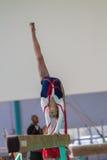 Луч крена Handstand девушки гимнаста Стоковая Фотография RF