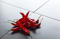 Луч перца красных чилей на черной таблице Стоковые Изображения