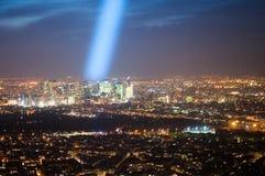 Луч свет над финансовым центром стоковое фото rf
