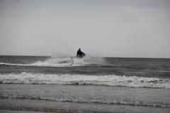 Лыжа двигателя имея потеху на море Стоковые Изображения RF