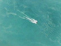 лыжа двигателя едет на воде взгляд от верхней части Развлечения моря на море aquabike в открытом море в озере или реке Стоковое Фото