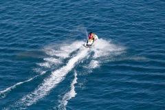 Лыжа двигателя на поверхности воды со скоростью Стоковые Изображения