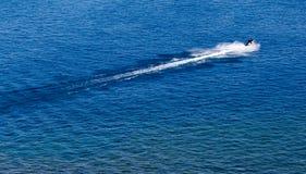 Лыжа двигателя на поверхности воды со скоростью Стоковая Фотография RF