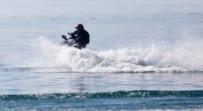 Лыжа двигателя на поверхности воды со скоростью Стоковые Фото
