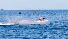 Лыжа двигателя на поверхности воды со скоростью Стоковое Изображение