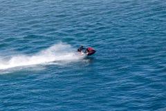 Лыжа двигателя на поверхности воды со скоростью Стоковое фото RF