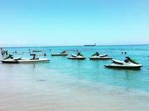 Лыжа двигателя - потеха на пляже западного пляжа Гондураса залива Стоковое Фото