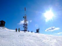Лыжа Итали-Пьемонта Stresa Mottarone-09-02-2013-skiers na górze Стоковое Изображение