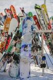Лыжа и сноуборды выровнялись вверх в Колорадо стоковое фото rf