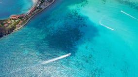 Лыжа и яхты двигателя на острове St Martin карибском Стоковое Фото