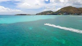 Лыжа и яхты двигателя на острове St Martin карибском Стоковые Фотографии RF