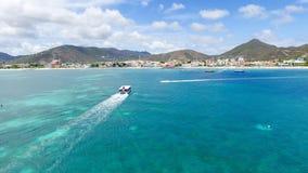 Лыжа и яхты двигателя на острове St Martin карибском Стоковая Фотография