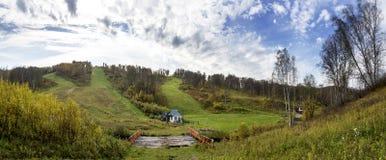 Лыжа курорта в осени Старые деревянный мост и подъем Стоковая Фотография RF