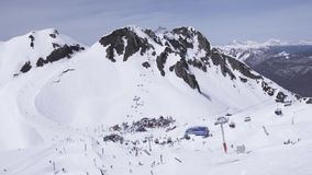 лыжа курорта Snowboarders и лыжники encamp люди дорога гор ландшафта холма к акции видеоматериалы