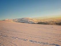 Лыжа курортов отслеживает наклон на Muntele Mic, малую гору стоковые фото