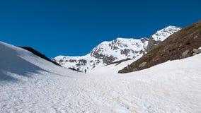 Лыжа Alpinist пешая путешествуя на снежном наклоне к саммиту горы Концепция завоевывать невзгоды и достижения цели стоковая фотография
