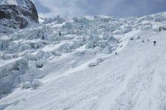 лыжа mountaineering льда падения следующая к Стоковые Фото