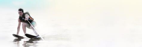 Лыжи воды человека крупного плана ехать на озере летом на солнечном дне Спорт воды активный   стоковое изображение rf