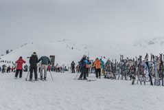 Лыжи и Snowbaords на шкафе на саммите горы Whistler Стоковое фото RF
