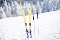 Лыжи на снежных горах стоковое фото rf