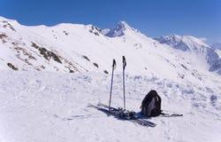 Лыжи, поляки лыжи, рюкзак и Giewont в Tatras Стоковая Фотография RF