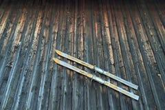 Лыжи старого стиля винтажные деревянные с смертной казнью через повешение ремня binding на ржавчине Стоковые Изображения