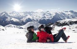Лыжники лежа на снеге в высоких горах, Альпах Франции Стоковое Изображение