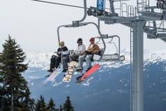 Лыжники ехать на подъеме лыжи в Whistler, Канаде. стоковые изображения rf