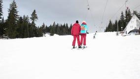 Лыжники используя анкер подъема лыжи на горе Люди двигая медленно гор видеоматериал