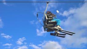 Лыжники используя подвесной подъемник в горнолыжном курорте видеоматериал